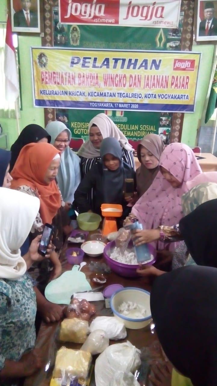 Pelatihan Pembuatan Bapia, Wingko dan Jajanan Pasar